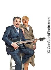 Guitarra, par, tocando, maduras