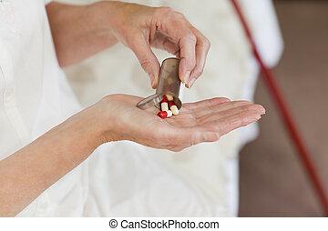 mujer, ella, toma, enfermo, 3º edad, píldoras