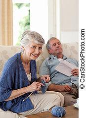 enquanto, mulher, tricotando, marido, dela