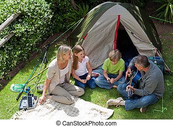 feliz, familia, campamento, jardín