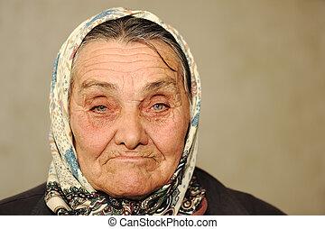 Primer plano, retrato, anciano, serio, mujer