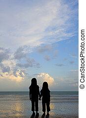 silhouette, vulnérable, gosses, Coucher soleil, plage