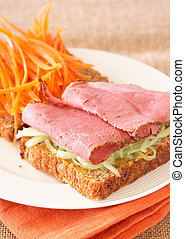 Tasty beef sandwich on wholewheat bread - Tasty open...