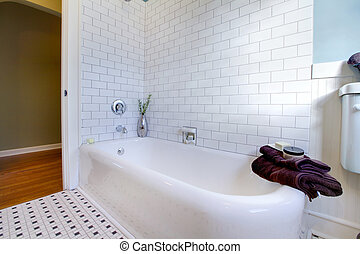 Tub antique restored old and iron cast - Luxury bathroom in...