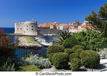 Dubrovnik old town and harbour - Dubrovnik old town...