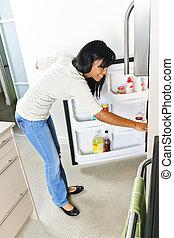 jeune, femme, regarder, réfrigérateur