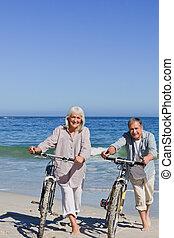 Maduro, pareja, su, bicicletas, playa