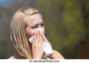 mulher, alergia, espirrando