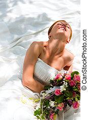 Hochzeit - Braut mit Brautstrau - Bride sitting holding a...