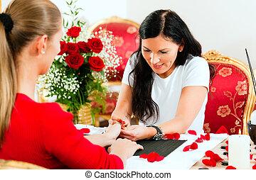 mujer, clavo, salón, recibiendo, manicura
