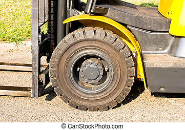 Front axle of a forklift