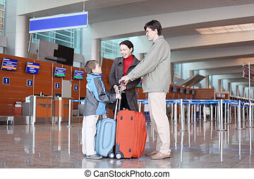 ficar, Menino, família, malas, jovem, corredor, aeroporto, lado, vista