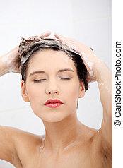 bonito, jovem, mulher, lavando, dela, cabelos