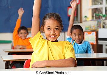 escola, crianças, levantado, mãos