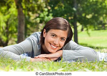 mujer, acostado, Abajo, parque