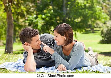 pareja, acostado, Abajo, parque