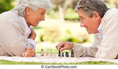 Idoso, par, tocando, xadrez