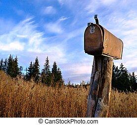 Un, oxidado, viejo, rural, buzón, de madera, poste,...