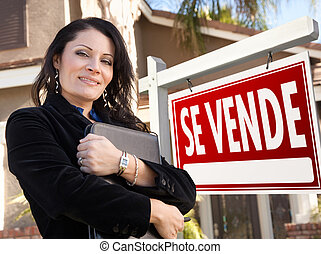 Female Hispanic Real Estate Agent, Se Vende Sign and House