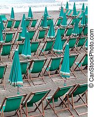 deckchairs, paraguas