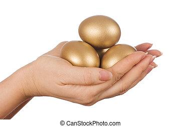 dorado, huevo, mano, aislado