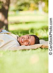 hombre, acostado, parque, el suyo, libro
