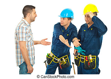 Workers giving explanations to a client - Constructor...