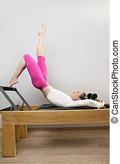Pilates, reformer, mujer, gimnasio, condición...