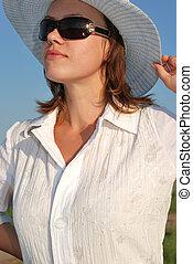 a, mulher, ÓCULOS, chapéu, fundo, céu