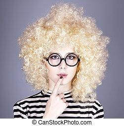retrato, divertido, niña, rubio, peluca