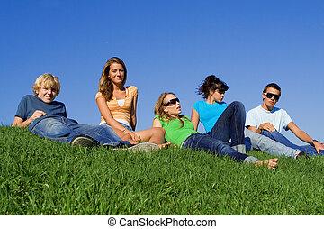 Grupo, adolescentes, estudantes, relaxante, campus