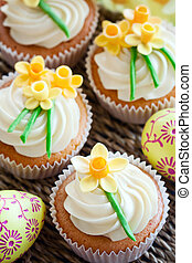Easter cupcakes - Cupcakes decorated with sugar daffodils