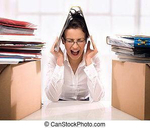 enojado, mujer de negocios, lanzamiento, documentos
