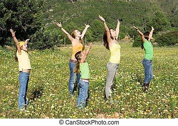 familia, grupo, brazos, levantado, canto