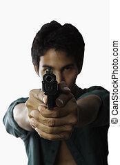 joven, asiático, hombre, automático, pistola