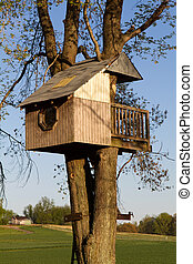 Childrens Treehouse - Homemade children's treehouse is built...