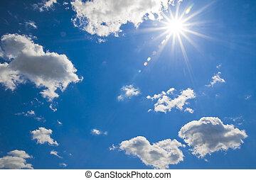 Sonnenstrahlen - blauer Himmel mit Sonne und Wolken
