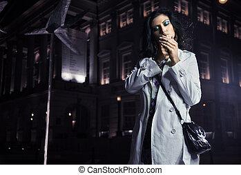 美麗, 城市, 黑發淺黑膚色女子, 抽煙, 夜晚