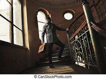 hombre, maletín, vendimia, interior
