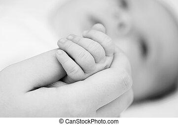 hand of the newborn