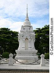 White Buddhist shrine, Bangkok. - White Buddhist shrine in a...