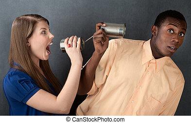 mujer, Gritar, hombre, por, stringed, latas