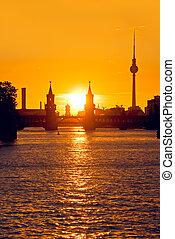 berlin oberbaumbruecke sunset - oberabumbruecke bridge in...