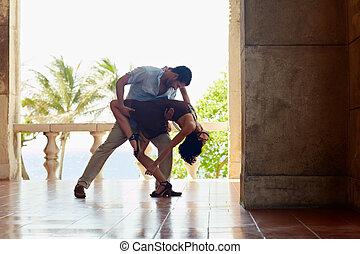 latín, norteamericano, hombre, mujer, bailando
