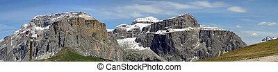 panorama delle bellissime montagna della val di fassa con il...