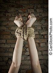 mains, attaché, haut, corde