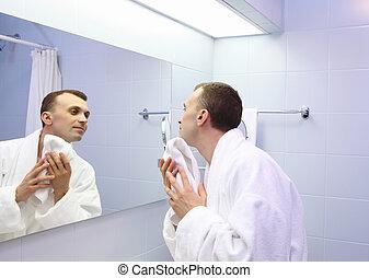 jovem, homem, banheiro