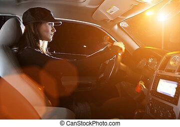 hermoso, joven, mujer, Manejar, coche, noche