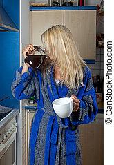 soñoliento, rubio, mujer, bebida, café, olla