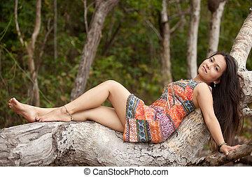 mulher, árvore, Asiático, mentindo, tronco
